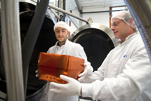 Preparation of SEIS instrument qualification model to a degasing test in CNES Toulouse facility © CNES/E. GRIMAULT, 2015