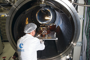 Preparation of SEIS instrument qualification model to a degasing test in CNES Toulouse facility